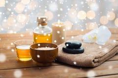 海盐、按摩油、蜂蜜和毛巾 库存图片