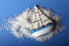 海盐和玩具船 库存照片