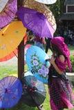 海盗伞的女孩购物 库存图片