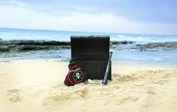 海盗在夏威夷海滩背景的胸口支柱数字照片背景  免版税图库摄影