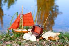 海盗在岸的宝物箱 免版税库存图片
