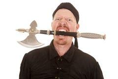 海盗在疯狂的嘴的人柴刀 免版税库存图片