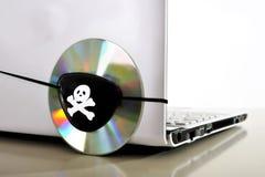 海盗服装和计算机的年轻人 免版税库存图片