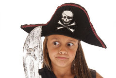 海盗的服装的年轻深色的女孩有剑和帽子的 图库摄影