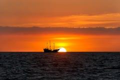海盗船海洋日落剪影 免版税库存图片