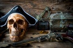 海盗头骨概念,静物画 免版税库存图片