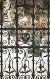 海盗头骨生锈的公墓门,标志 库存图片