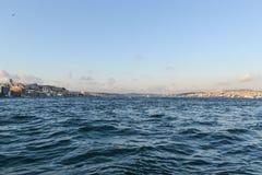 海相反岸的海峡视图 蓝色海天线云彩 免版税图库摄影
