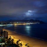 海看法在与月光和云彩的夜之前 库存图片