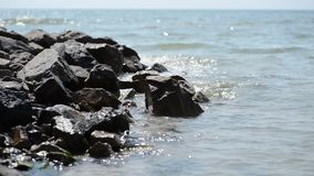 海石头和波浪  股票录像