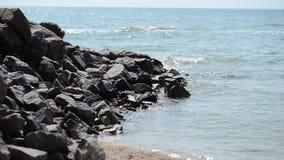海石头和波浪  影视素材
