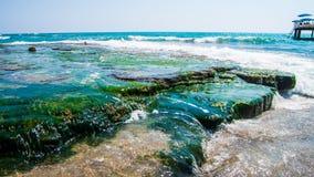 海石头和波浪 免版税库存照片