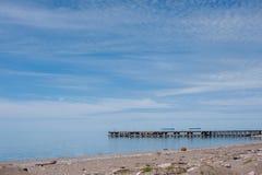 海码头,与轻的云彩的天空蔚蓝 免版税库存照片