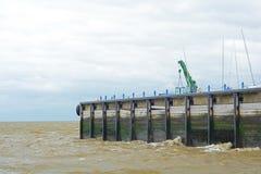 海码头和起伏式波 库存图片