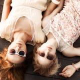 海码头的两个美丽的女孩 免版税库存照片