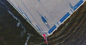 海码头,长的阴影空中垂直的看法从上面 股票视频
