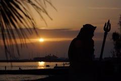 海神海王星的雕塑沿海岸区散步的在晚上 库存照片