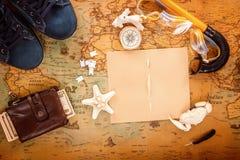 海纪念品、一台老照相机、一个指南针、金钱和辅助部件潜航的在葡萄酒卡片 复制空间 在视图之上 免版税库存图片
