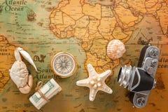 海纪念品、一台老照相机、一个指南针和金钱在葡萄酒卡片 库存图片