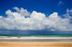 海美丽的海滩和波浪  免版税库存图片