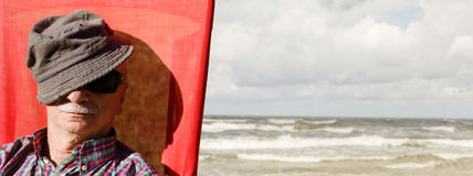 海背景的一个年长人 免版税库存图片