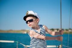 海船的逗人喜爱的矮小的上尉 免版税库存照片