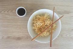 海草和亚洲调味汁与筷子 免版税库存照片