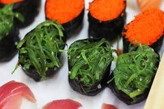 海草寿司的关闭设置了与选择聚焦 免版税库存照片