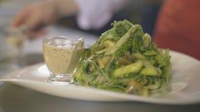 海草沙拉用海鲜,慢动作 股票视频