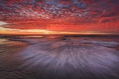 海莫娜谷平的波浪红色天空 库存照片