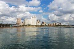 海蓝色多云天空和金黄英里城市地平线 库存图片