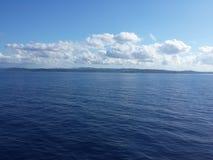 海蓝色美丽在小船天空 库存照片