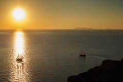 海表面上的两条小船在日出 库存图片