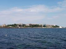 黑海表面夏天波浪背景 从游艇的看法 与云彩和镇的异乎寻常的海景天际的 海自然宁静 库存照片
