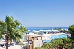 海视图、游泳池和棕榈树,埃及 图库摄影