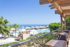 海视图、餐馆、游泳池和棕榈树,埃及 免版税图库摄影