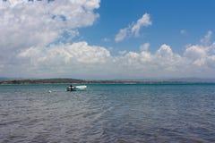 海视图和一条小船在Katakolon在希腊 图库摄影
