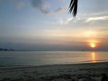 海视图和日落在海岸 免版税库存图片