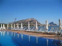海视图和游泳池。西西里岛 免版税库存照片