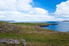 海视图在从多小山海岸的多云天空下在Torshavn,丹麦 美好的横向视图 本质秀丽 通配海运 免版税库存照片