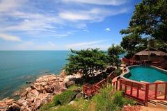 海视图多平实游泳池、太阳懒人在庭院旁边和大厦 库存图片