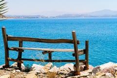 海视图放松长凳。 免版税图库摄影