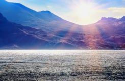 海视图有mountaineous背景 免版税图库摄影