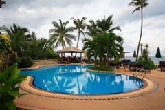 海视图游泳池、太阳懒人在庭院旁边和塔 库存图片