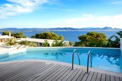 海视图游泳池在豪华旅馆里 免版税库存图片