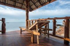 海视图的木长沙发 免版税库存图片