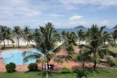 海视图通过棕榈 免版税库存照片