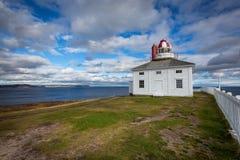海角俯视大西洋的矛灯塔 免版税图库摄影