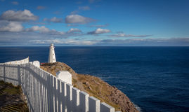 海角俯视大西洋的矛灯塔 免版税库存照片