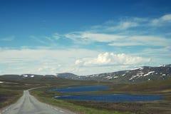海角北部挪威 小山、湖和雪 免版税库存照片
